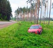 сломанный аварией фокус водителя автомобиля около отражательного предупреждения тельняшки треугольника безопасности дороги Стоковые Фото