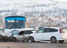 сломанный аварией фокус водителя автомобиля около отражательного предупреждения тельняшки треугольника безопасности дороги стоковая фотография rf