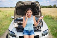 сломленная автомобиля женщина вниз стоковая фотография rf