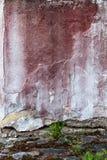 Сломленная бетонная стена и увяданная красная краска Стоковая Фотография