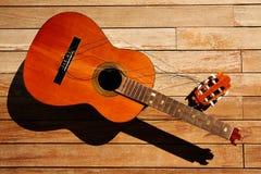 Сломленная испанская шея гитары на деревянной палубе Стоковое фото RF