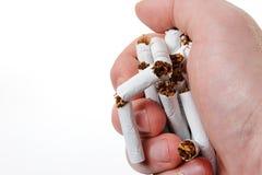 Сломленная сигарета в руке стоковая фотография