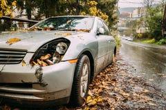 Сломленная фара лампы и автомобиль бампера поцарапанный с глубоким повреждением Стоковое фото RF