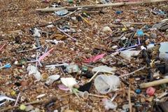Сломленное бутылочное стекло, много пляж отброса Стоковое Изображение