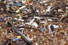 Сломленное бутылочное стекло, много пляж отброса Стоковые Изображения RF