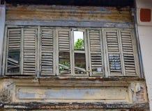 Сломленное деревянное окно жалюзи стоковые изображения