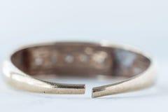 Сломленное обручальное кольцо изолированное на белой предпосылке Стоковая Фотография RF