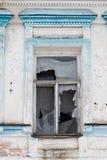 Сломленное окно в старом русском здании Стоковое Изображение