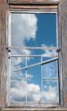 Сломленное окно с солнечным небом Стоковые Фотографии RF