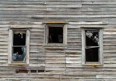 3 сломленное Windows в разрушанном деревянном доме Стоковые Фото