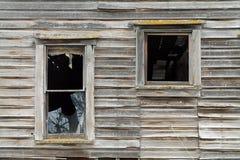 2 сломленное Windows в разрушанном деревянном доме Стоковые Фотографии RF