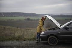 сломленные детеныши женщины автомобиля Стоковое фото RF