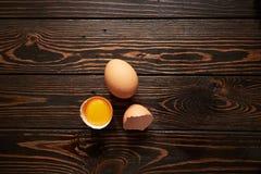 сломленные коричневые яичка Стоковые Изображения