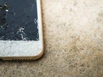 Сломленные мобильный телефон или таблетка упаденные на пол Стоковые Изображения