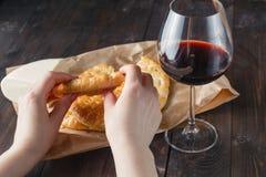 Сломленные ломоть хлеба и стекло красного вина Стоковые Изображения