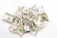 Сломленные рюмка и деньги стоковые фото