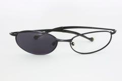 Сломленные солнечные очки с одним стеклянным отсытствием Стоковое фото RF