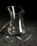 Сломленные стеклянные стекло и черепки на серой деревянной предпосылке камера искусства красивейшая eyes способ полные губы ключа Стоковое Изображение
