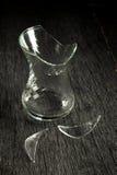 Сломленные стеклянные стекло и черепки на серой деревянной предпосылке камера искусства красивейшая eyes способ полные губы ключа Стоковые Фотографии RF