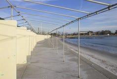 Сломленные структуры на пляже в зиме, новом Hampton Стоковая Фотография