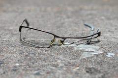 Сломленные eyeglasses на бетоне Стоковая Фотография RF