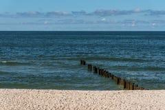 Сломленный деревянный мост в море Стоковое фото RF