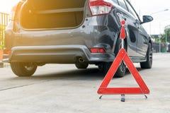 Сломленный знак автомобиля на дороге с сломанной вниз с автомобиля Стоковая Фотография
