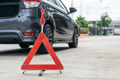Сломленный знак автомобиля на дороге с сломанной вниз с автомобиля Стоковое Фото