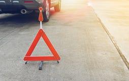 Сломленный знак автомобиля на дороге Стоковые Изображения