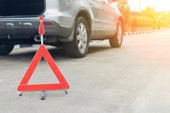 Сломленный знак автомобиля на дороге Стоковая Фотография