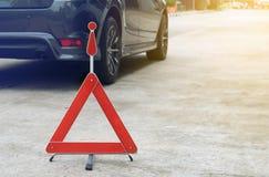 Сломленный знак автомобиля на дороге Стоковое Фото