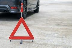 Сломленный знак автомобиля на дороге Стоковые Фотографии RF
