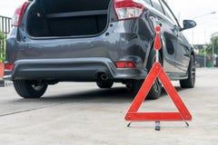 Сломленный знак автомобиля на дороге Стоковые Изображения RF