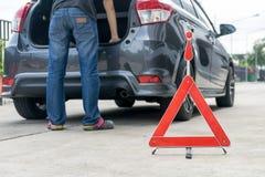 Сломленный знак автомобиля на дороге Стоковое Изображение