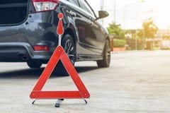 Сломленный знак автомобиля на дороге Стоковое Изображение RF