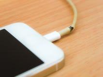 Сломленный кабель заряжателя с умным телефоном Стоковое Изображение RF