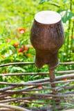 Сломленный конец глиняного горшка вверх на загородке wattle Стоковая Фотография