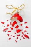 Сломленный красный шарик рождественской елки стоковое фото