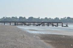 Сломленный мост около сиротливого seashore стоковые фотографии rf