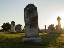 Сломленный надгробный камень на заходе солнца Стоковые Изображения