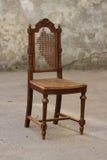 Сломленный старый стул Стоковое Изображение