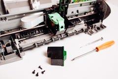 Сломленный струйный принтер изолированный на белой предпосылке стоковые фото