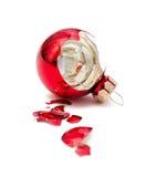 Сломленный шарик рождества стоковая фотография rf