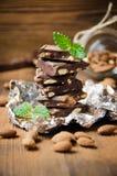 Сломленный шоколадный батончик с миндалинами Стоковое Изображение RF