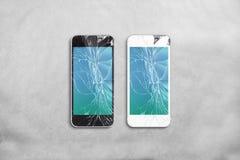 Сломленный экран мобильного телефона, чернота, белизна, путь клиппирования стоковые изображения