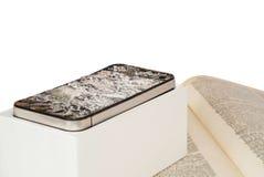 Сломленный smartphone на белой предпосылке Стоковое Фото