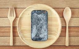Сломленный smartphone на деревянном блюде на деревянной предпосылке планки Стоковые Фотографии RF