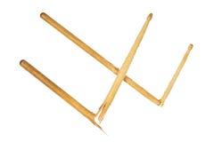 2 сломленных деревянных drumsticks изолированного на белизне Стоковое Фото
