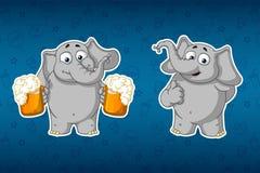 Слоны стикеров Он держит кружки пива и предлагает к питью Он поднял его палец вверх, как Большой комплект стикеров Вектор, шарж Иллюстрация штока