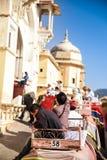 Слон Индии с красочный paintting с mahout на верхней части на янтарном дворце, Раджастхане, Индии Стоковое Изображение